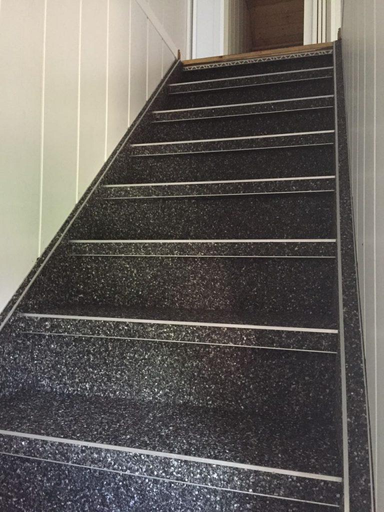 Steinteppich auf der Treppe verlegen